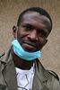 Un chaleureux Sénégalais qui porte un masque , un exemple pour les inconscients  .
