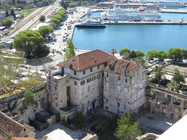En haut de la cathédrale : le port