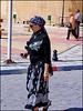 Kairouan : Una elegante signora tunisina per le vie del mercato