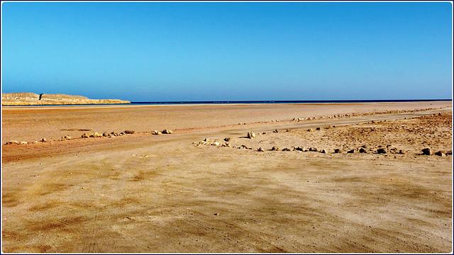 Sharm el Sheikh : Ras Mohammed - quando l'alta marea ricopre buona parte di questa grande spiaggia, la pietre indicano la parte più alta dove si può passare anche con la propria auto