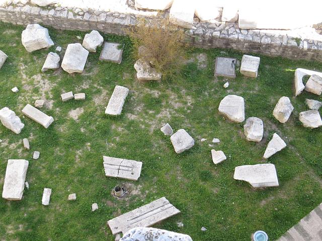 En haut de la cathédrale : champ de vieilles pierres.
