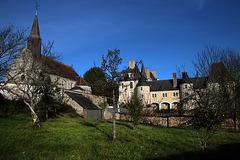 Le château de Moléans , surplombant la vallée de la Conie ( 28 )