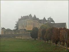 Sainte-Mondane (24) 29 août 2007. Château de Fénelon dans la brume.