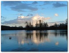 coucher de soleil sur le lac bleu