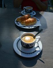 Einen Kaffee und ein Croissont ( in der Schweiz Gipfeli )