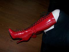 Mistress Tanya in red high-heeled boots / Maîtresse Tanya en bottes rouges à talons hauts