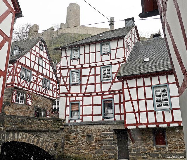 Monreal - Brücke über die Elz. Hoch über dem Dorf die Löwenburg.