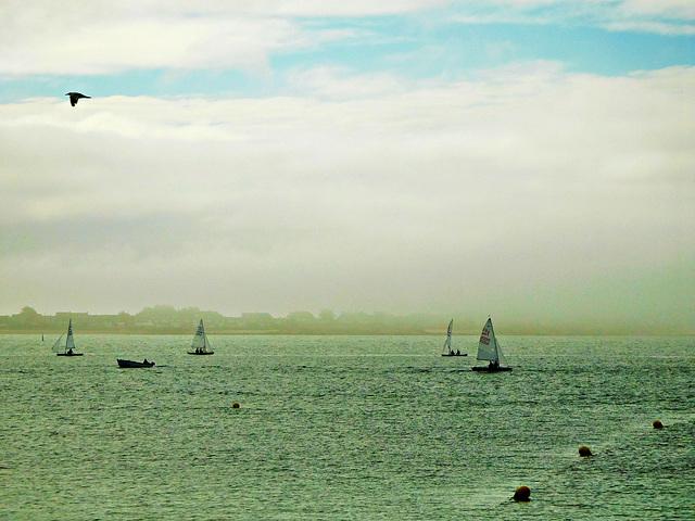 dans la brume du matin un coin de ciel bleu