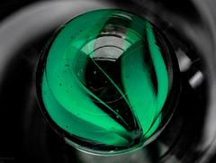 Grüne Murmel im Glas