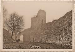 Crémieu (38) 11 novembre 2015. Vestiges du château de la colline Saint-Hyppolite.