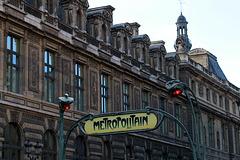 Station Louvre-Palais Royal . Je vous invite à admirer la photo de Ganymede sur son site .