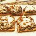Geröstetes Vollkorn-Toast mit angebratenen Champions, Zwiebeln und Creme Fraiche, überbacken mit Mozzarella