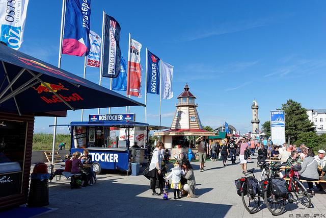 Strandpromenade Warnemünde während der Warnemünder Woche (© Buelipix)
