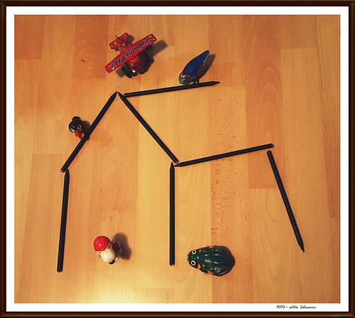 ... ein Rohbau wird *besetzt* = Hausbesetzung =  ... (Stifte - Bleistifte ~ 8/50)