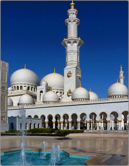 Abu Dhabi : La moskea Zayed è cicondata da fontane e obelischi