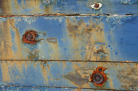 Schiffsplanke mit Rostnägeln