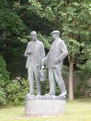 Statuo de fratoj Čapek en Malé Svatoňovice