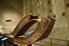 9/11 - Gedenkstätte  -  Einer der Stahlträger des Skelettes