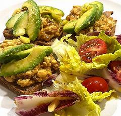 Salat mit Seidentofu auf Vollkornbrot