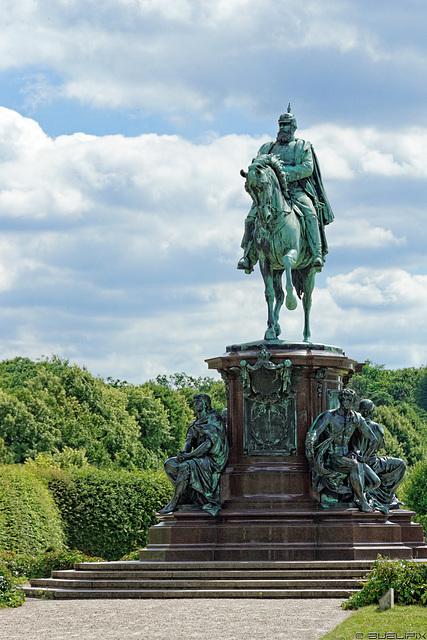 Denkmal Grossherzog Friedrich Franz II im Schlossgarten (© Buelipix)