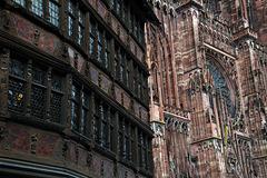 A côté de  la cathédrale de Strasbourg , la maison Kammerzell , construite à partir de 1427 ..