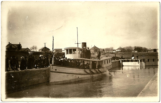 MN0955 LOCKPORT - ST. ANDREWS - STEAMER IN LOCKS NORTHBOUND