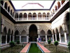 Patio de las Doncellas (Mädchenhof) in den Reales Alcázares in Sevilla