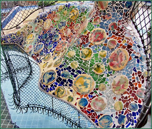 Barcellona : Una composizione artistica di ANTONI GAUDI nel cortile di Casa Batlló