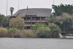 Mowana lodge, el la rivero Ĉobe. Ĉobe Nacia Parko