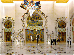 AbuDhabi : tante porte di accesso per i molti visitatori della moskea - questa è solo la sala di accoglienza - le porte coi vetri stellati sono l'ingresso alla moskea