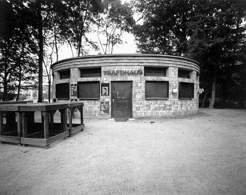 Trafohaus von Gustav Oelsner im Volkspark Altona // oelsner-trafohaus-24-08-17-0001b