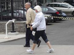 La Dame Argyle en espadrilles / Argyle white hair mature Lady
