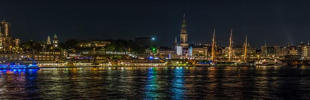 Hamburg's Waterfront at Night - Hafenpanorama von Steinwerder