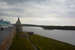 Спасо-Преображенский Соловецкий монастырь, Вид из Белой (Южной) Башни на Архангельскую Башню и Святое Озеро