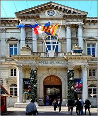 Avignon : H0tel de Ville - liberté, egalité, fraternité.