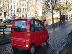 Canta LX rouge pétant sur Amsterdam.