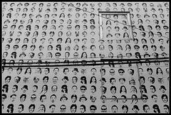 Le mur aux visages répétés