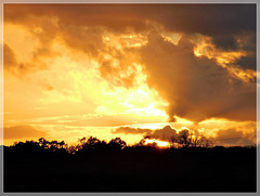 Coucher de soleil dans la campagne avec note