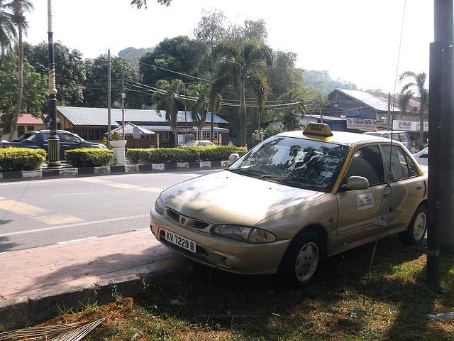 Taxi en face du Restoran AKRD