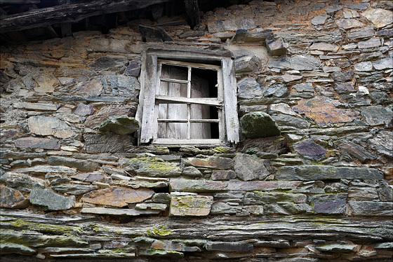 Podence, janela sem mirone