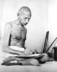 Gandhi skribanta 1942