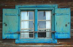 Der blaue Fensterahmen
