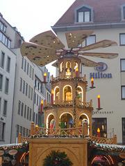 Weihnachtspyramide zwischen Hilton und Frauenkirche
