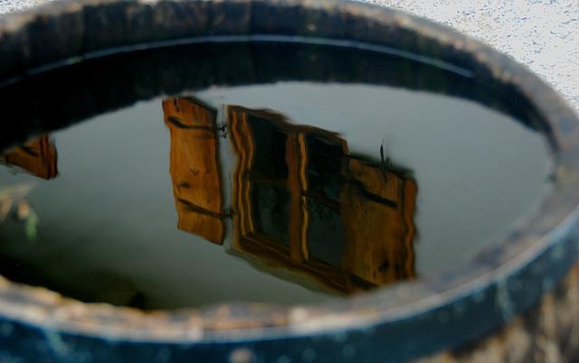 Fenster im Wasserfass