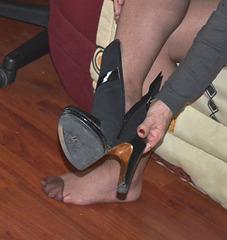 Sexy Chantal dans un essai de bottes à talons hauts