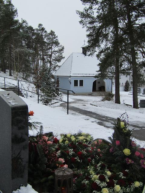 Blick zur Friedhofshalle