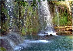 Kursunlu waterfall - l'acqua che cade nel lago