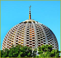 Mascate : La grande cupola di cemento armato al centro della moskea che sostiene il mega-lampadario Svarovski