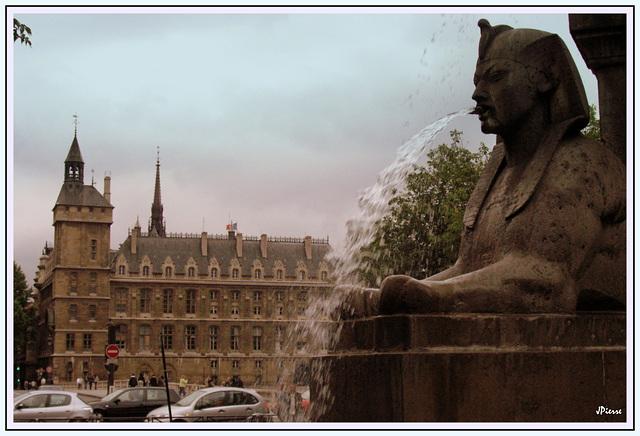 Fontaine de la place du Chatelet (Paris 1er)