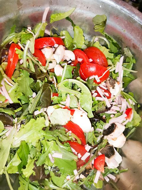 Leckerer Salat aus geretteten Zutaten
